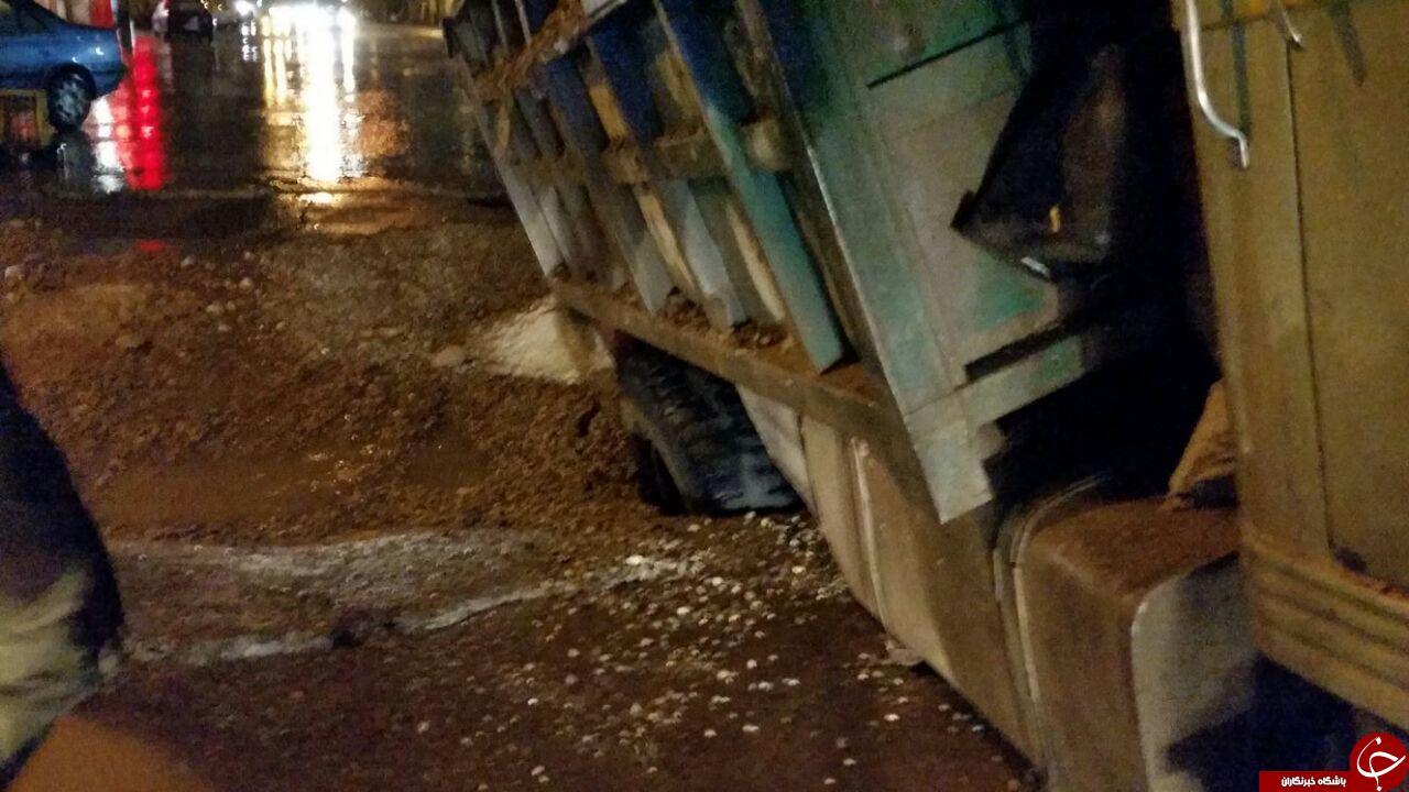 فرو رفتن خودروها در خیابان های کرمان! + فیلم و تصاویر