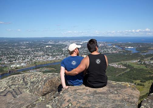 کوهنوردی که دوست معلولش را تا نوک کوه حمل کرد + تصویر