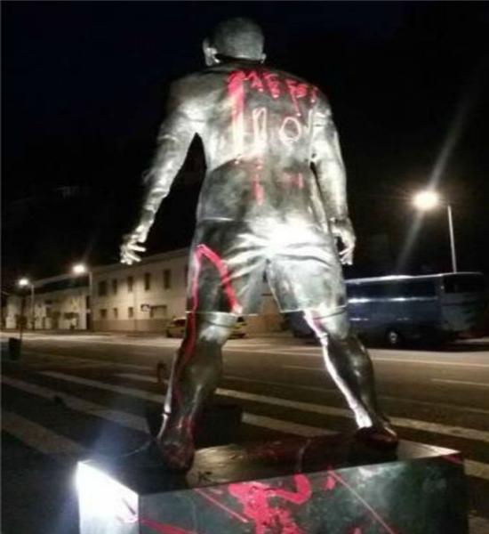 توهین هواداران بارسلونا به مجسمه رونالدو +عکس