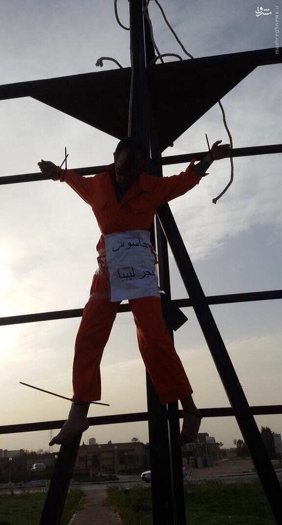 داعش دو جوان لیبیایی را به صلیب کشید+تصاویر