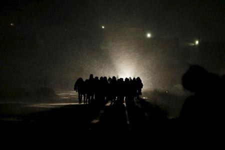 گشتی در تصاویر خبری دوشنبه 28 دی/ از دعای پاپ فرانسیس با تلفن همراه هوشمند تا عبور موفقیتآمیز پناهجویان از مرز مقدونیه