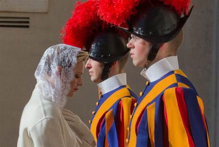 گشتی در تصاویر خبری سه شنبه 29 دی/ از دیدار ملکه موناکو با پاپ فرانسیس تا تبلیغات انتخاباتی هیلاری کلینتون