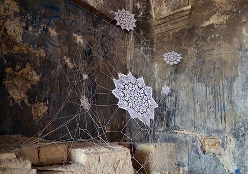 هنرمندی که شهر را میبافد! + تصاویر