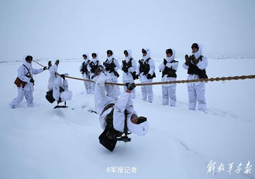 تمرین نظامی سربازان در دمای زیر صفر + تصاویر
