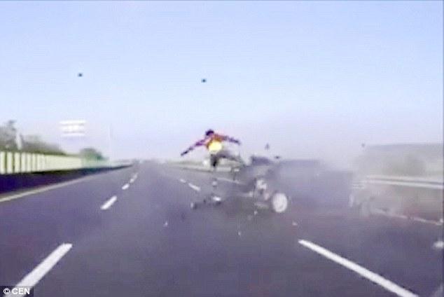 تصاویر وحشتناک از پرتشدن راننده از پنجره جلوی ماشین به بیرون