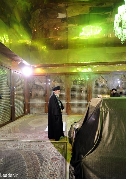 رهبر معظم انقلاب اسلامی در مرقد مطهر امام راحل و گلزار شهدای بهشت زهرا حضور یافتند