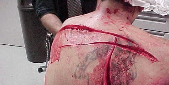 مسؤولان رژیم آلسعود این گونه از زندانیان اعتراف میگیرند +تصاویر (18+)
