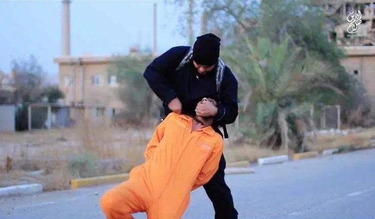 گردن زنی وحشتناک شیعیان بدست داعشی ها+ تصاویر (18+)