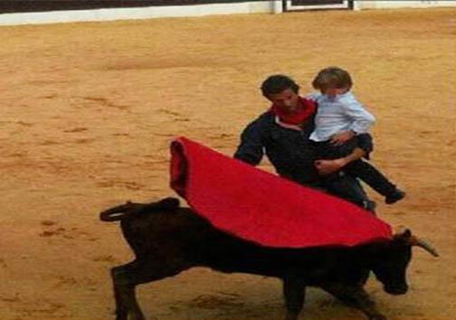 گاو بازای که فرزند به بغل مسابقه میدهد! + تصاویر