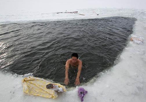 چالش شنا کردن در دمای منفی 40 درجه سانتیگراد + تصاویر
