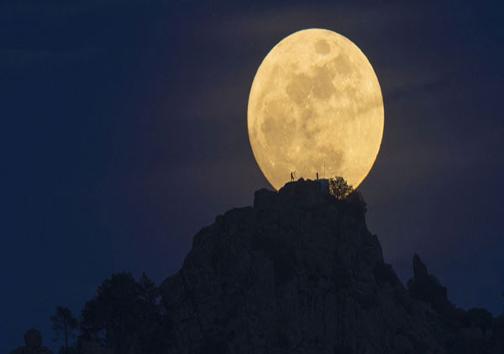 آن مرد را در ماه میبینید؟! +عکس