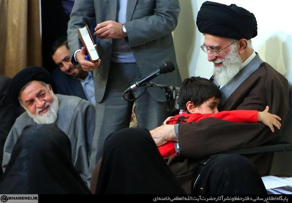 تصاویری از دیدار خانواده شهدای مدافعان حرم اهل بیت(ع) با رهبر انقلاب