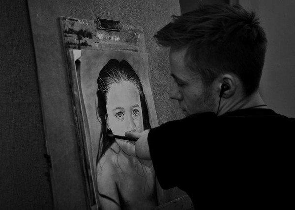 هنرمندی که بدون دست نقاشی های فوق العاده طبیعی میکشد + تصویر