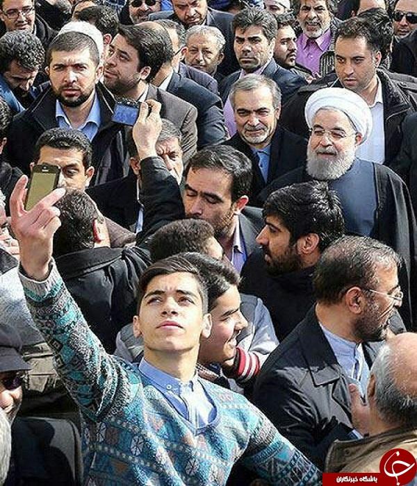 سلفی امروز روحانی در راهپیمایی +عکس