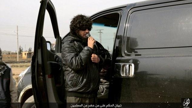 اعدام وحشیانه یک اسیر بدست داعش با شمشیر 90 سانتی متری+ تصاویر