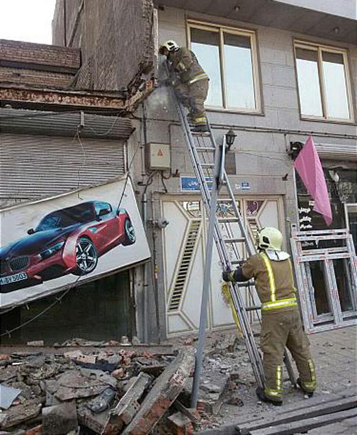 خسارت مالی فراوان، در پی سقوط ناگهانی تابلوی تبلیغاتی و سردر یک نمایشگاه
