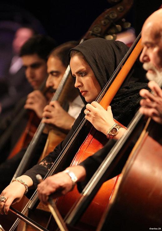 نوازندگی خانم بازیگر همراه با فرهاد فخرالدینی در ارکستر ملی + عکس