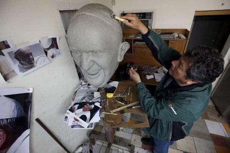 گشتی در تصاویر خبری پنجشنبه 8 بهمن/ از دیدار وزرای خارجه چین و آمریکا تا ساخت عروسک ژاپنی با چهره هیلاری کلینتون