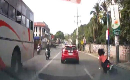 تصادف دردناک موتور سوار زن + فیلم