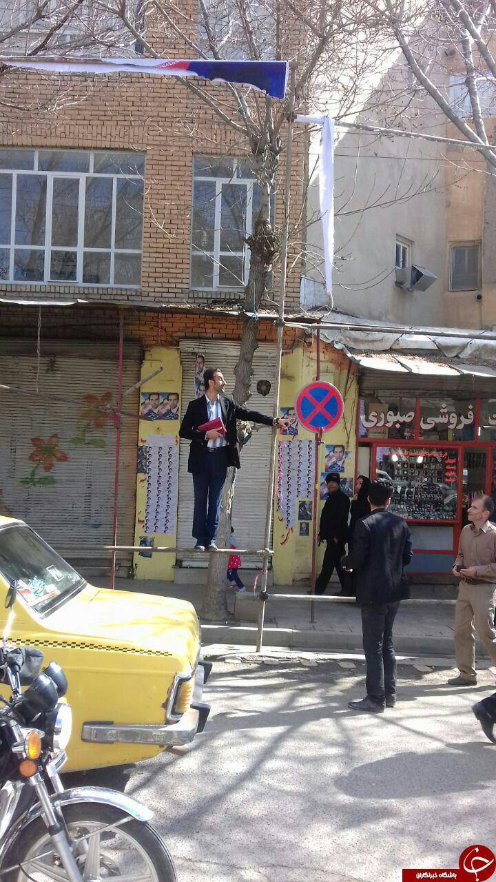وقتی نامزد انتخاباتی جای بنر روی داربست ایستاد! + تصاویر