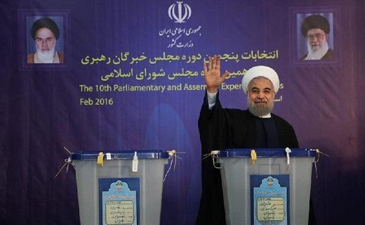 4240850 351 از ماجرای دستگیری ریگی در آسمان ایران تا قاب عکس عاشقانه جهت ریاستجمهور + تصاویر