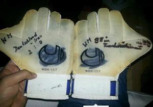 دستکشهای عابدزاده دزدیده شد + عکس