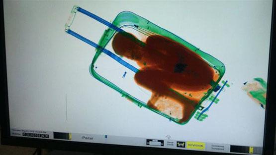 قاچاق پسر بچه ۸ ساله در چمدان+عکس