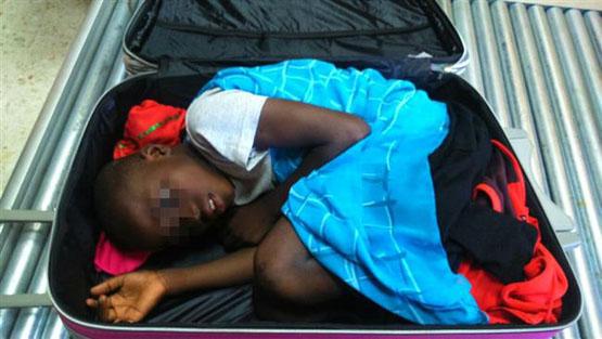 قاچاق پسر بچه 8 ساله در چمدان+عکس