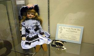 عروسک سخنگوی 120 ساله ترمیم شد + تصاویر
