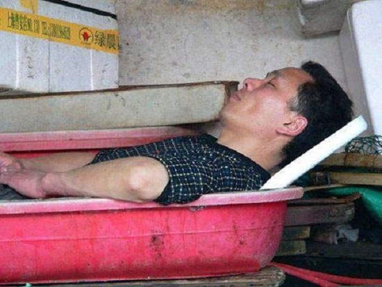 خوابیدن در شرایط سخت + تصاویر