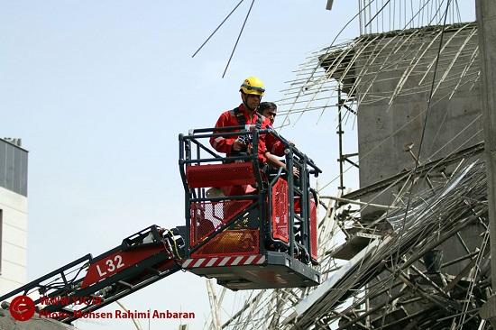 ریزش برج در حال احداث در مشهد/ نجات دو کارگر در میان زمین و آسمان + تصاویر