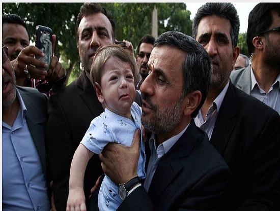 تلاش محمود احمدینژاد برای آرام کردن کودک گریان + عکس
