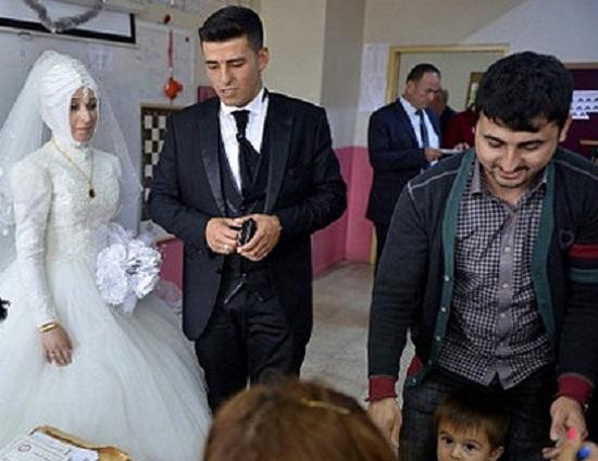 جشن عروسی پای صندوق رای در ترکیه + عکس