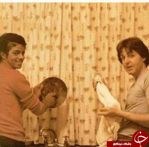 عکس مایکل جکسون در حال شستن ظرف ها