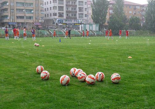 تمرین تیم فوتبال تیم امید زیر باران شدید