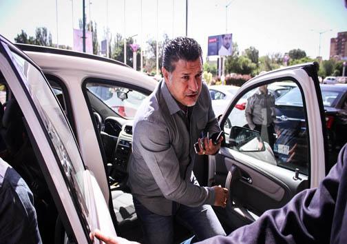 علی دایی و موبایلهاش /عکس