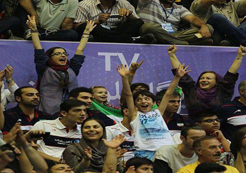 سالن ۱۲ هزار نفری تکمیل شد / حضور یک بانوی ایرانی در ورزشگاه