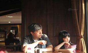 مرد چینی با عروسک انسان نمای خود زندگی میکند + تصاویر