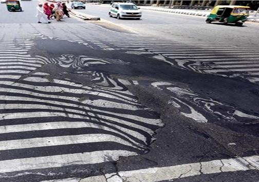 آب شدن آسفالت در خیابانهای هند به دلیل گرما