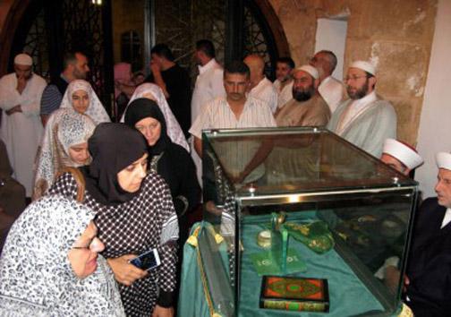 نمایش تار موی پیامبر اسلام در لبنان (+عکس)