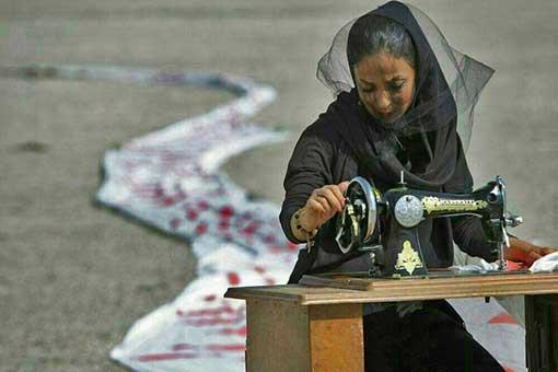 خیاطی یک زن در غم خشک شدن