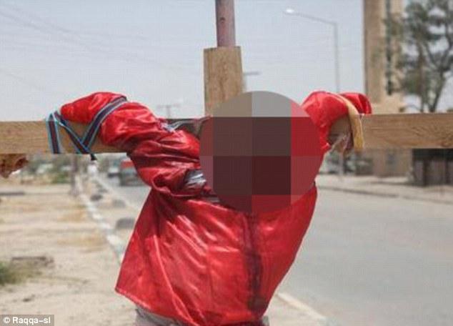 داعش اجساد دو جاسوس را کنار جاده به صلیب کشید + تصاویر