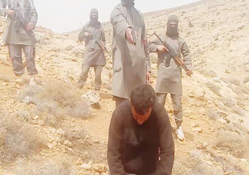 جلاد سیاه پوش داعش مرد سوری را اعدام کرد+ عکس