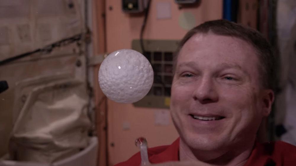 حل شدن قرص جوشان در حباب شناور در فضا + عکس