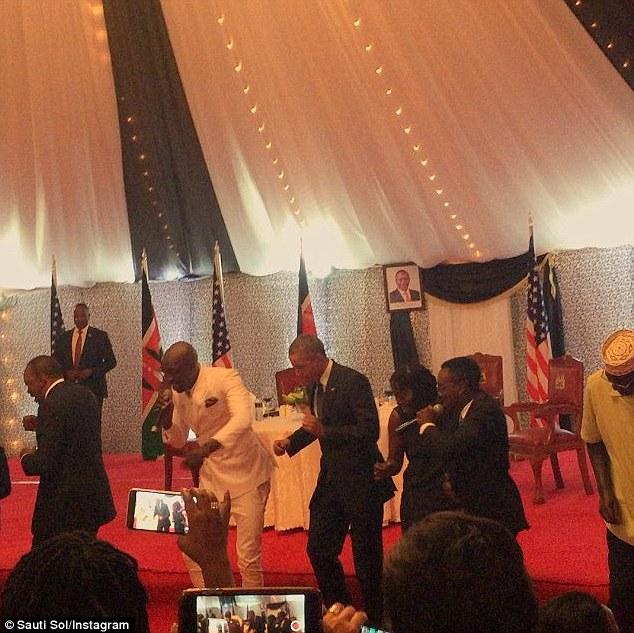 رقاصی اوباما این بار در کنیا + عکس / در حال کار