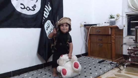 کودک داعشی اولین گردن زنی را تجربه کرد + فیلم و تصاویر