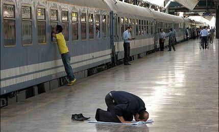 سوت نماز عشق در راه آهن+عکس