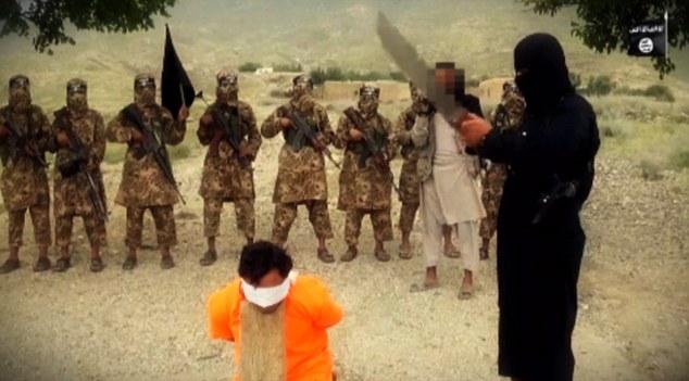 داعش یک سرباز افغان را گردن زد + تصاویر و فیلم (18+)