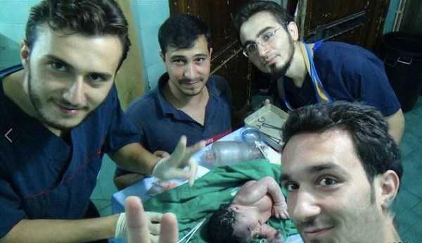 جراحی نوزاد و مادر ترکش خورده در سوریه