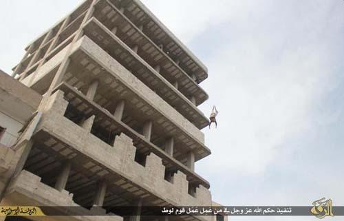 شیوه اعدام داعش برای متهمان به همجنسگرایی+ عکس